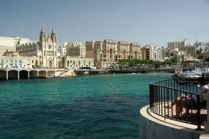 Sliema es un lugra de vacaciones, por lo que su paseo marítimo está repleto de hotles y grandes edificios de apartamentos. Foto de Pierre G.