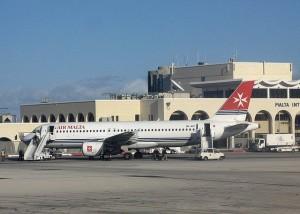 El aeropuerto de Malta se encuentra a 10 km de La Valleta en el centro de la isla. Foto de Neil Pulling.