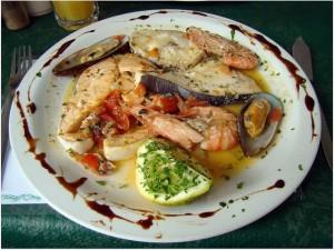 Plato con las mejores especialidades de pescado maltés, que incluyen los calamares, pez espada y dorada. Foto de Emitla.
