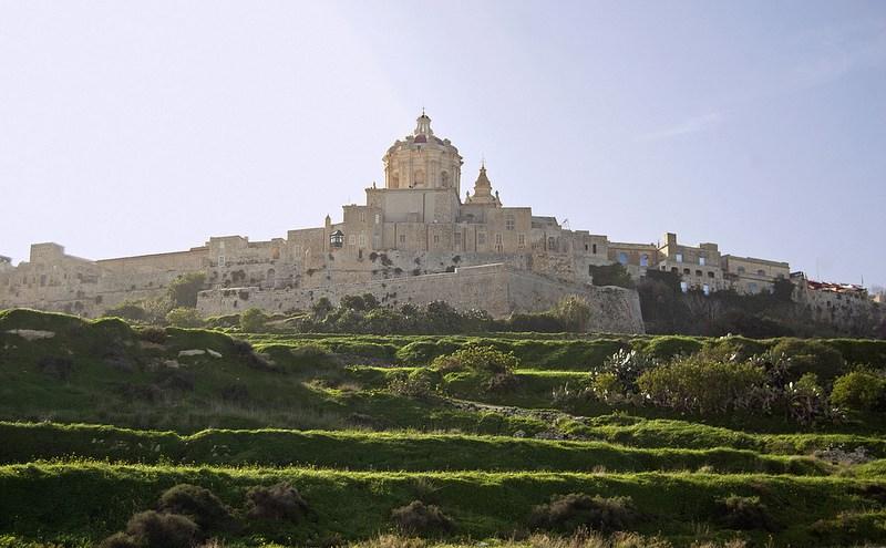 La ciudad de Mdina, en el centro de Malta conserva el encanto más antiguo. Sus callejuelas y edificios dominan una colina y se recortan en la lejanía. Ideal para cambiar de aires tras visitar Paceville y St George's Bay. Foto de Mark j fox.