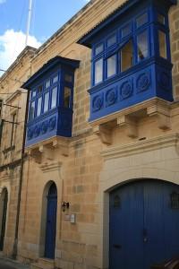 Balcones típicos e las calles de Qala. Foto de Guía Isla Malta.