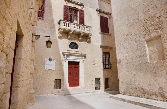 Entrada del Museo Palazzo de Piro en Mdina.
