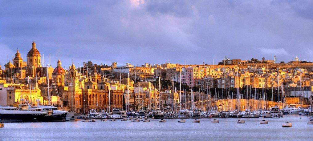 Vista de Vittoriosa y Cospicua. Senglea situada al final del canal que separa a las dos penínsulas no se aprecia en esta imagen. La foto de leslievella64 se tomó desde la Valletta.