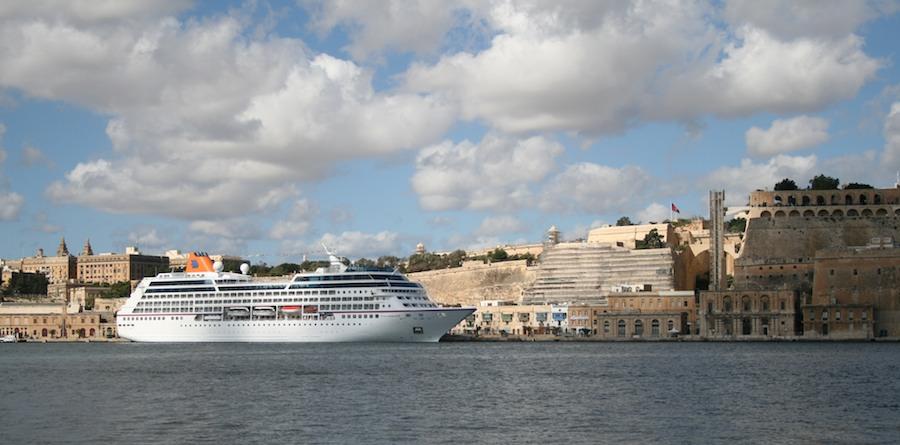 Crucero atracado en La Valletta. Foto sacada desde Vittoriosa en Cottonera.