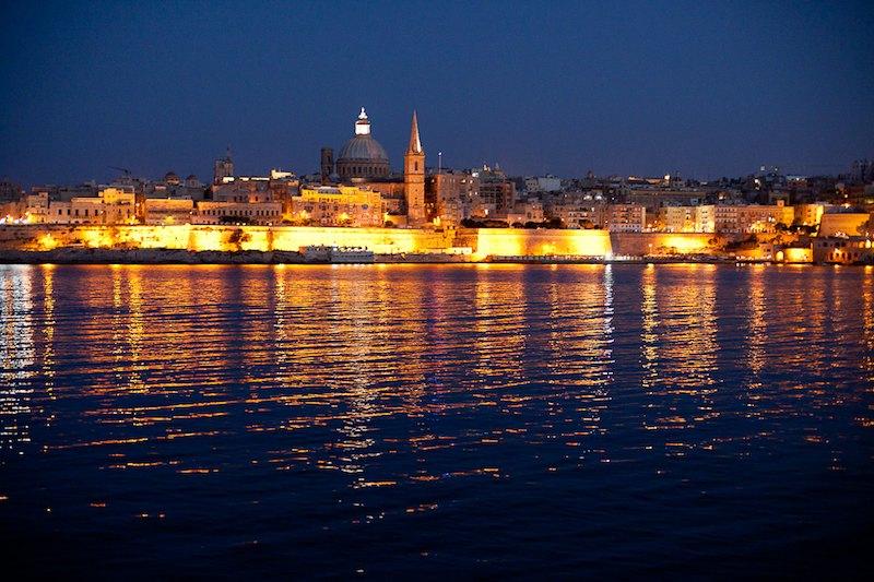 Vista nocturna de La Valletta desde Sliema. Paradisíaca imagen mediterránea.