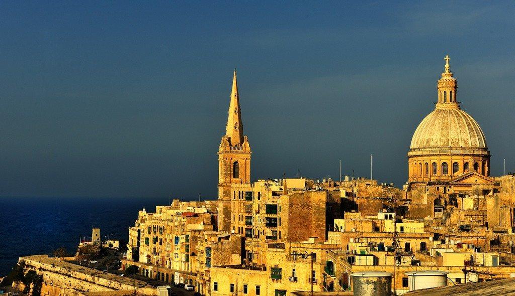 Atardecer en los blancos edificios de La Valletta en una preciosa foto de Rémi Besserre.