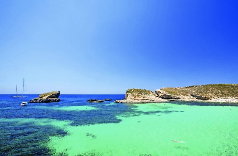 Una vista de la espectacular laguna azul de Comino, la Blue Lagoon. Una de las zonas menos accesibles de Malta, pero de las más interesantes.