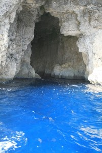 Una de las actividades que pueden realizar en Comino es dar una vuelta en barco y visitar las múltiples cuevas que hay a lo largo del litoral.
