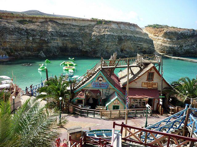 El Popeye Village cuenta con su propia bahía, con botes para dar paseos. Foto de Pizzo76.