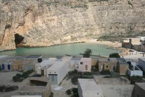 Este pequeño brazo de mar sólo se comunica con el Mediterráneo por la cueva que ven a la izquierda. Justo detras de Azure Window. Foto Guía de Malta.