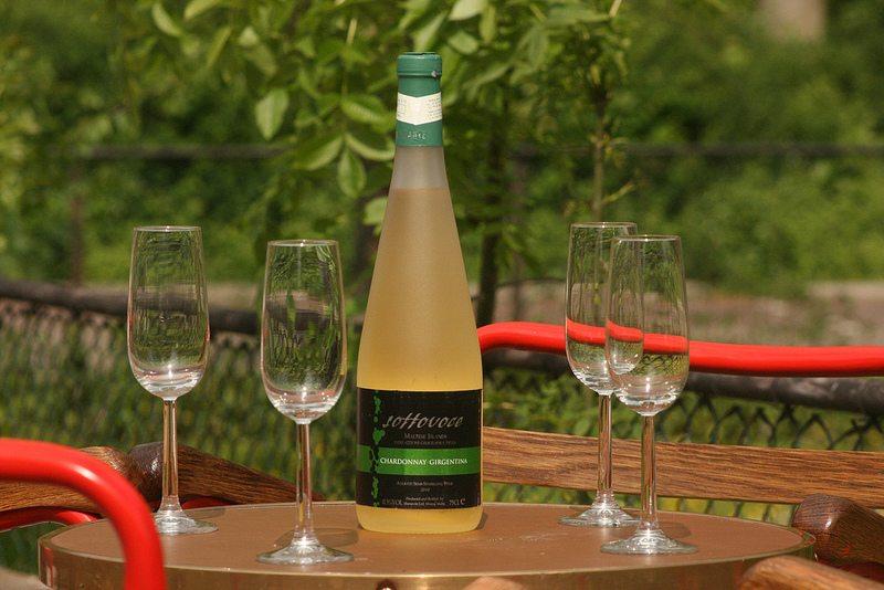El vino maltes es de muy buena calidad. Sus bodegas organizan catas y desgustaciones y nuestros asociados en Malta les permiten visitarlas y organziarles su viaje.